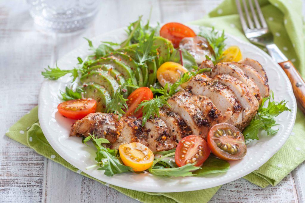 Keto lunch salade met gegrilde kip of kalkoen en avocado