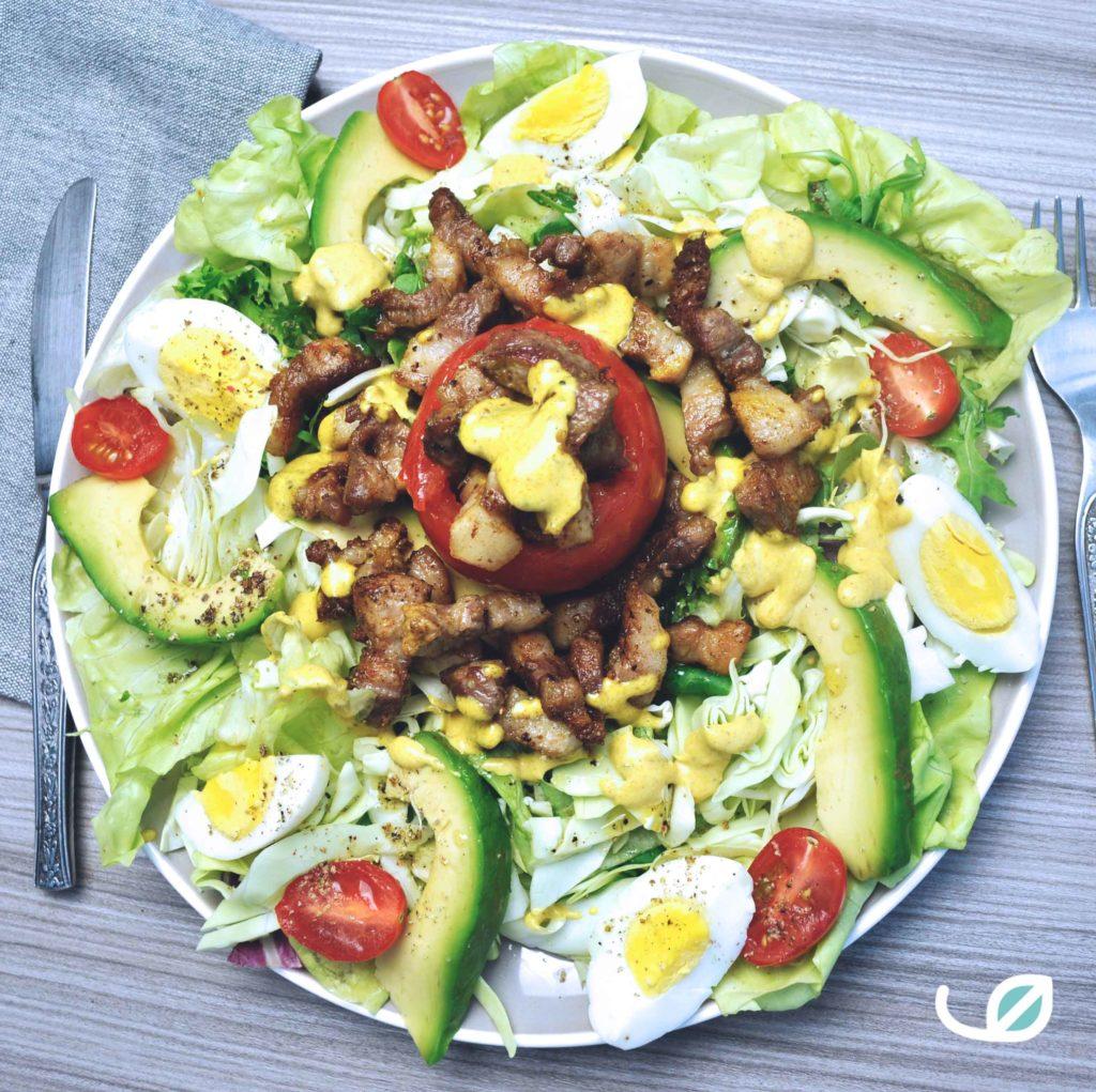 Keto lunch koolhydraatarme salade gevulde tomaat met spekjes en currymayonaise avocado en ei