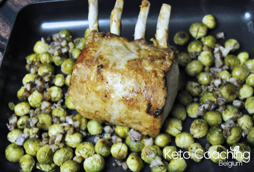 Koolhydraatarm Iberico Varkenskroontje met spruitjes spek en graanmosterdsaus