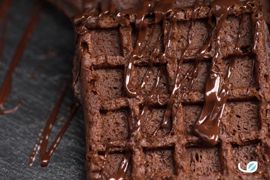 Keto Brownie wafels met suikervrije chocoladesaus