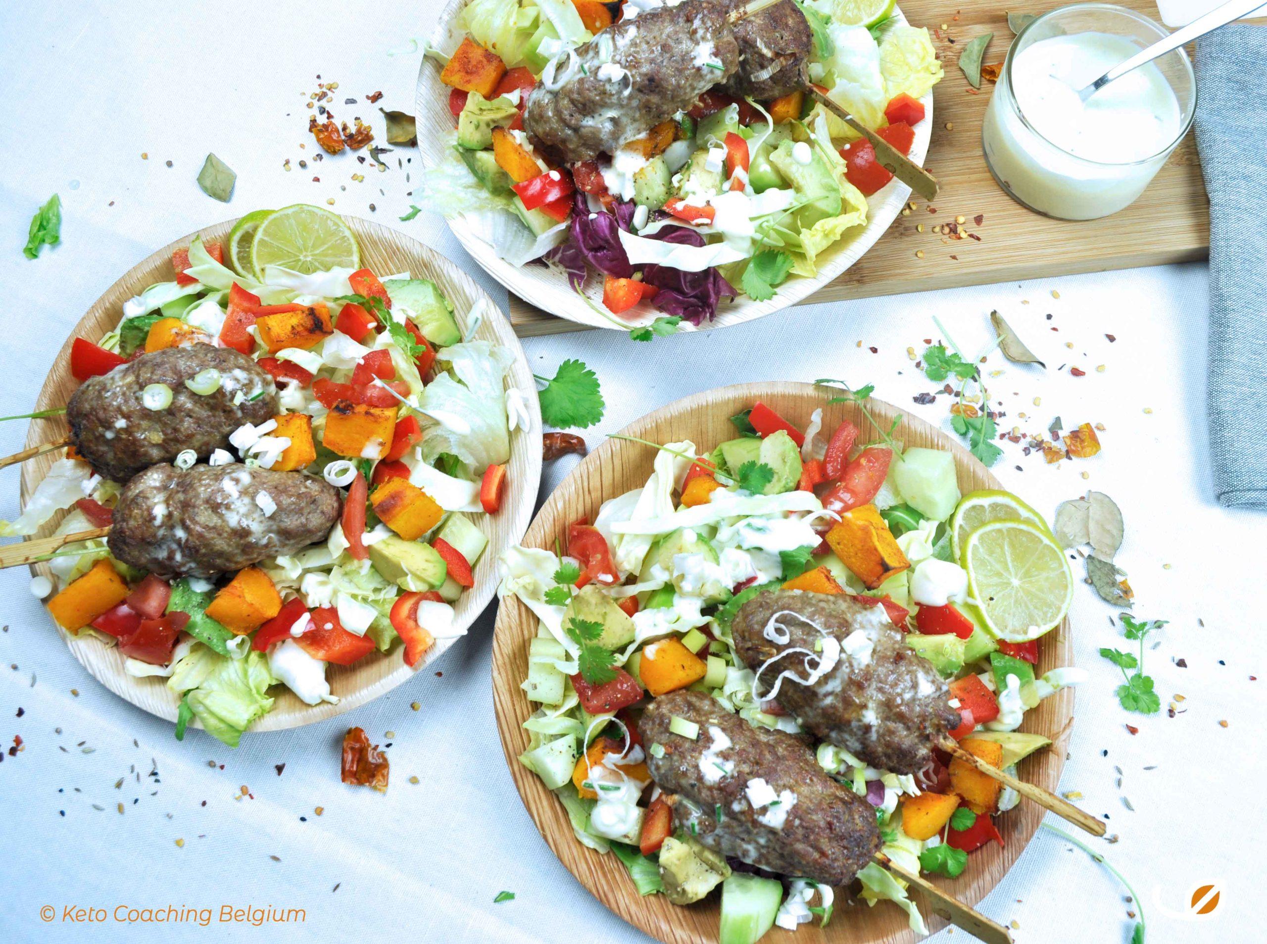Keto Lamsköfte met huisgemaakte geitenkaas aïoli en frisse salade met geroosterde pompoen avocado tomaat komkommer feta