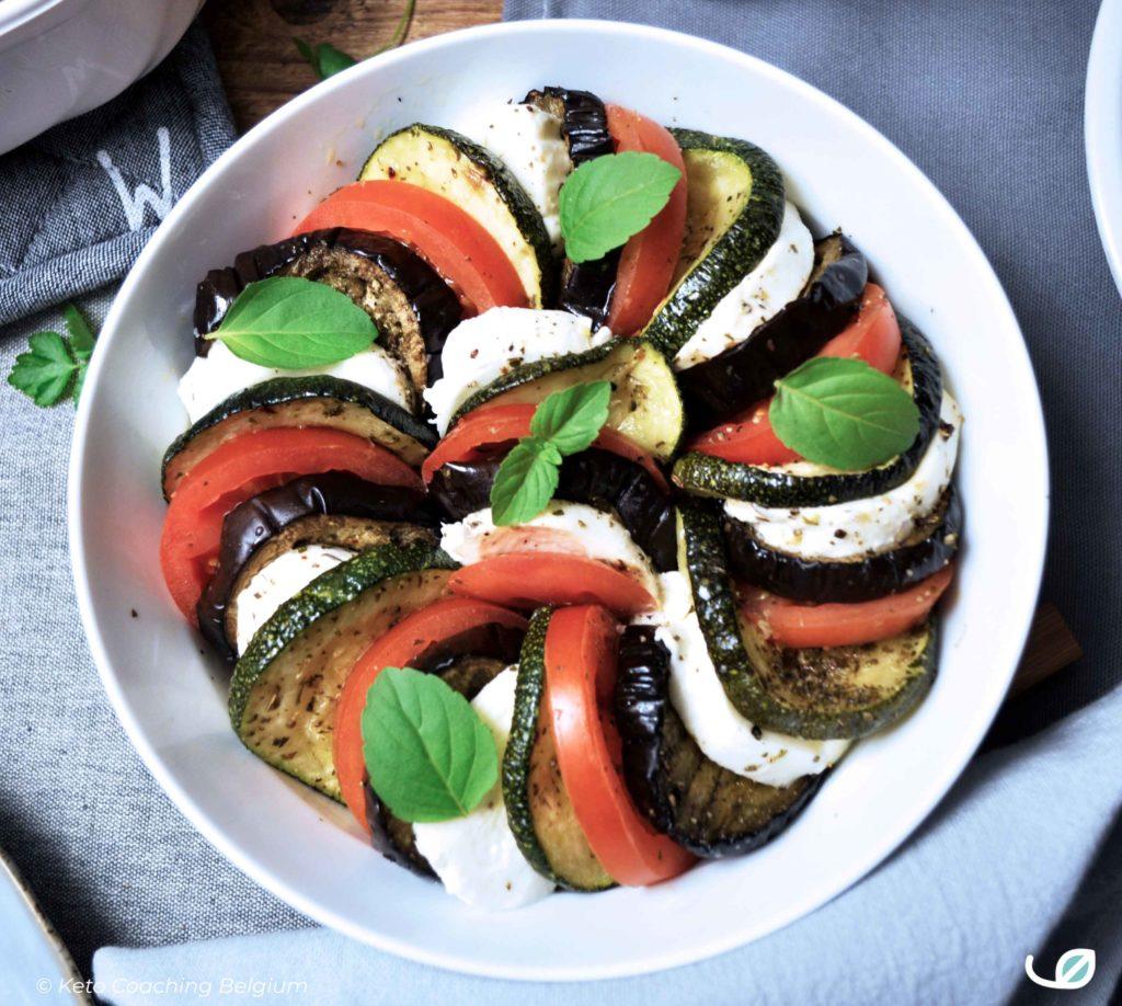 Keto lauwe salade Caprese met geroosterde courgette aubergine tomaat