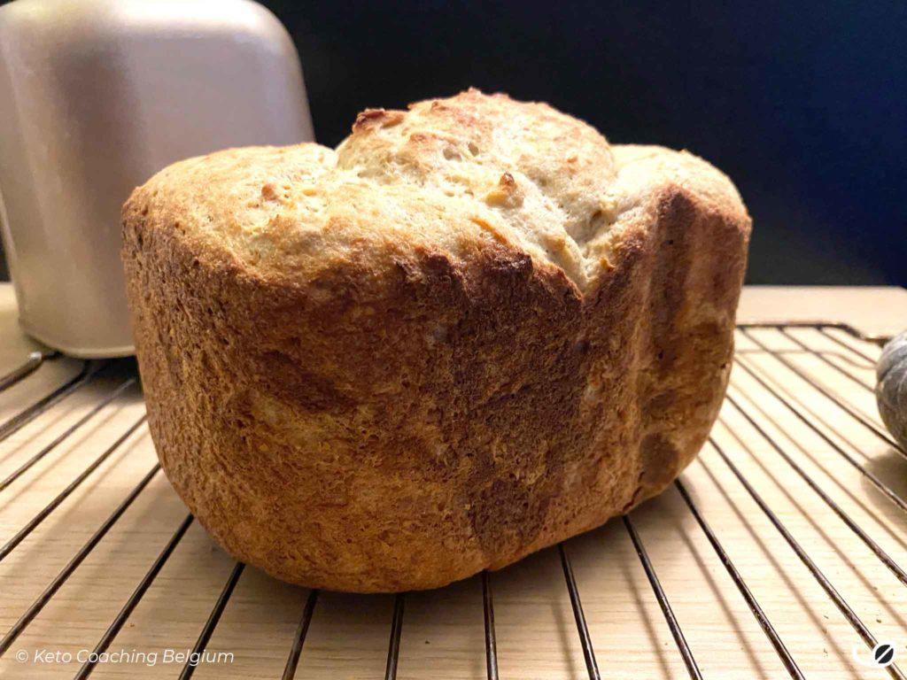 Keto en koolhydraatarm graanvrij glutenvrij brood net uit de broodbakmachine