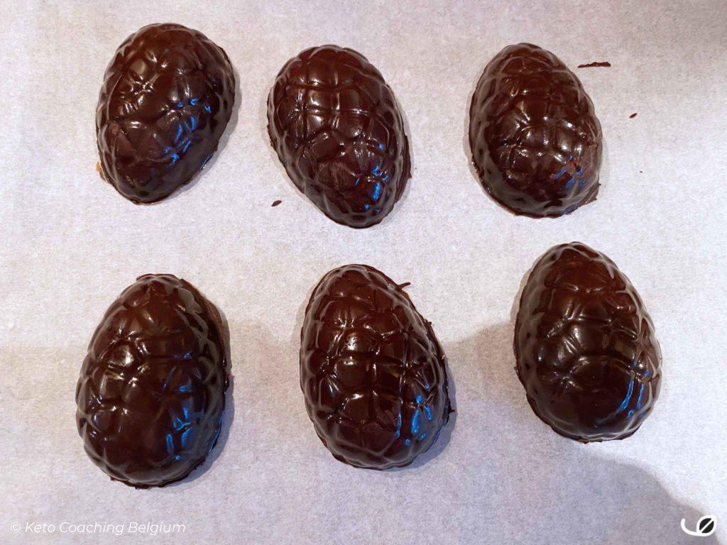 Keto paaseitjes pure chocolade hol uit vorm gehaald