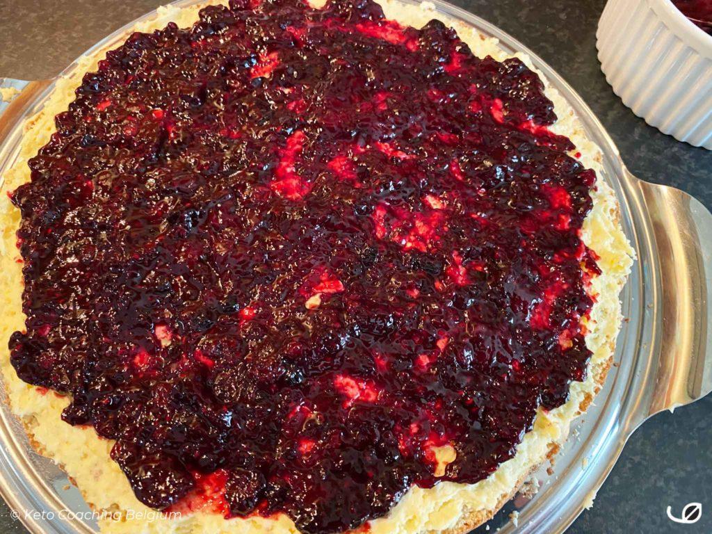 Keto slagroomtaart Bessen cake rode vruchten coulis laag vulling