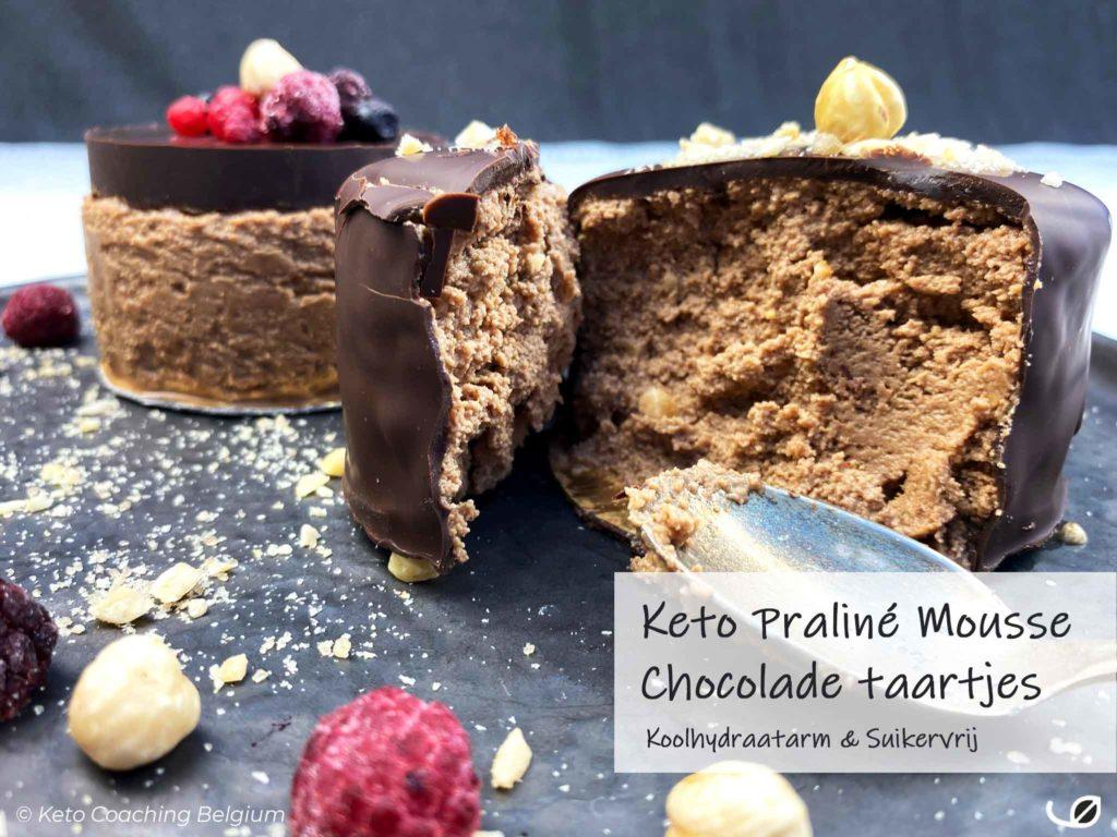 Keto Praliné mousse chocolade taartjes koolhydraatarm dessert met krokante suikervrije chocolade ganache