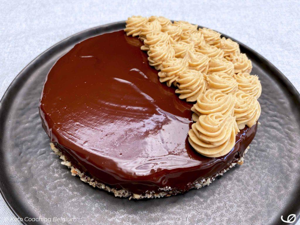 Keto chocolade taart koolhydraatarme cake met mokka hazelnoot crème au beurre ganache recept