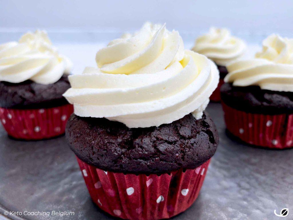 Keto brownie cupcakes - koolhydraatarm met suikervrije meringue vanille botercrème