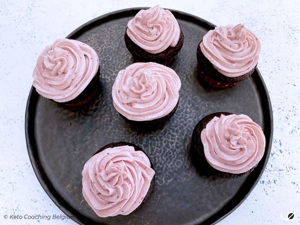 Keto brownie cupcakes met meringue aardbei botercrème