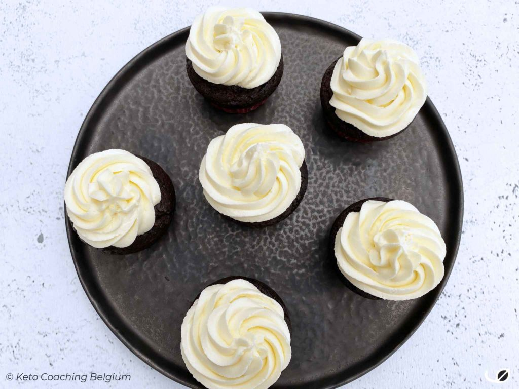 Keto brownie cupcakes met meringue vanille botercrème