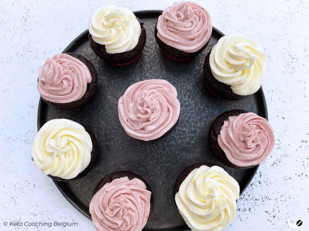 Keto brownie cupcakes met meringue botercrème duo