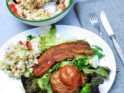 Keto BBQ burger en spek met koude bloemkool salade en suikervrije bbq saus
