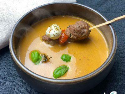Keto Italiaanse soep met ballen zongedroogde tomaat mozzarella basilicum