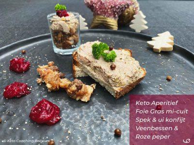 Keto aperitief low-carb toast met zelf gemaakte foie gras mi-cuit met spek en ui konfijt veenbessen en roze peper